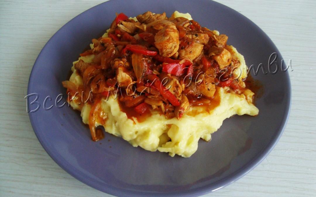Пилешко със зеленчуци върху канапе от картофено пюре
