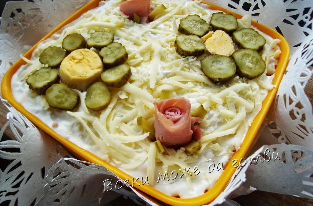 Салата с картофи, варени яйца и кисели краставички
